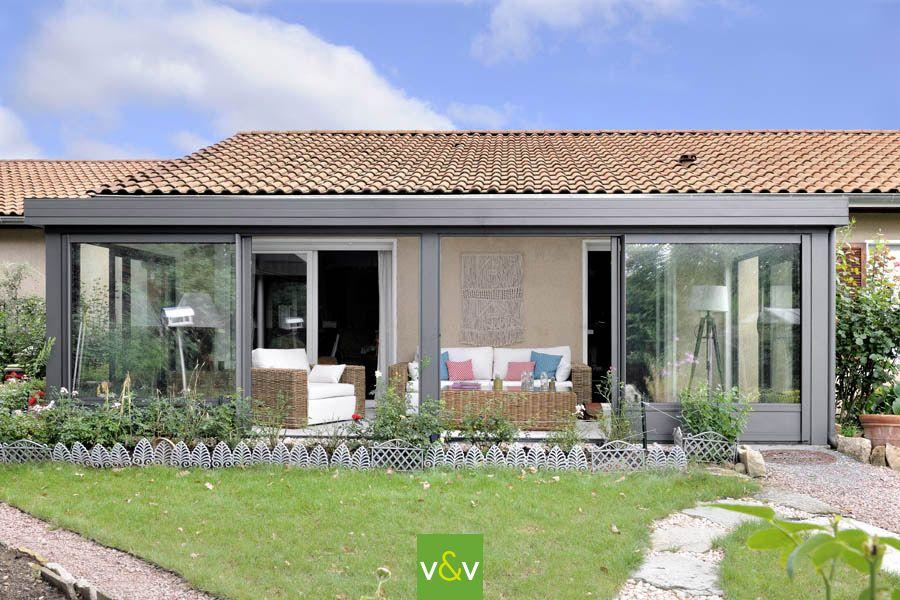 La véranda Maïté en aluminium & bois apporte une touche de confort et de sécurité qui fait la ...
