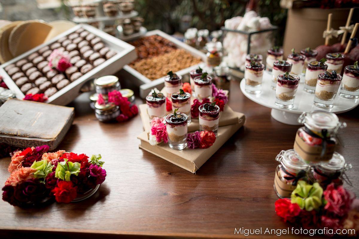 Una mesa de dulces espectacular.