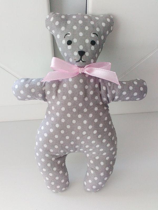 sivý medvedík s ružovou mašličkou