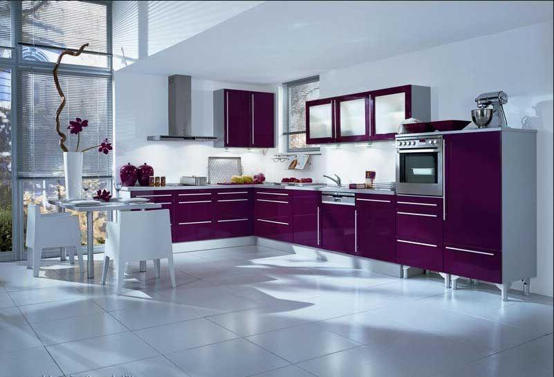 Küchen-moderne-mit-lila-hochglanz-küchenmöbel-installation-im-weiß - küchenzeile hochglanz weiß
