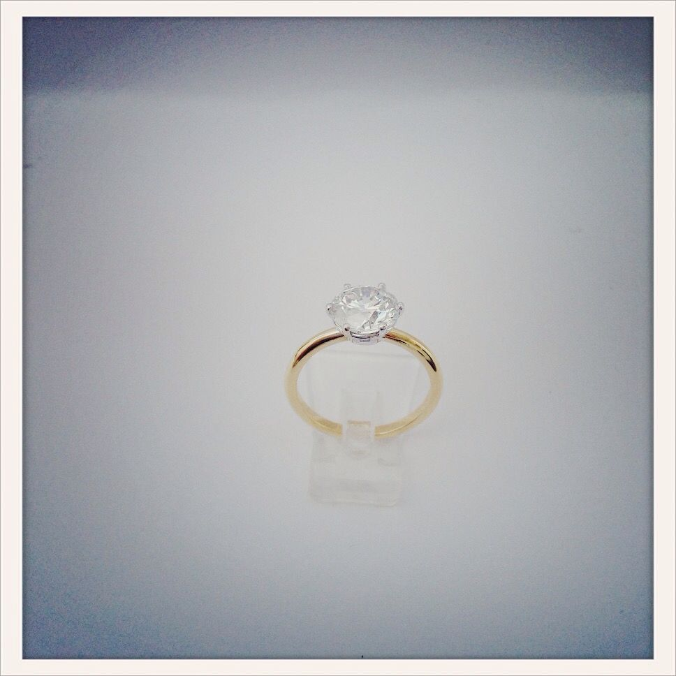 Diamond solitaire ring in yellow & white gold 18 ct
