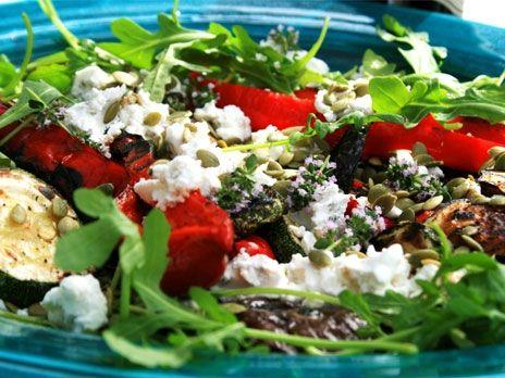 Grillade grönsaker med getost och rostade pumpakärnor | Recept.nu