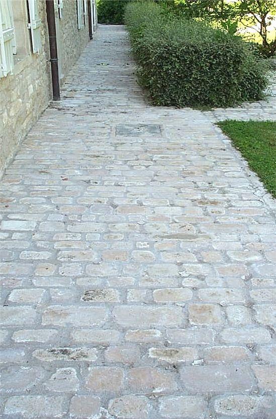 Allée en pavés de pierre naturelle de Bourgogne, format Citeaux - Dalle Pour Parking Exterieur