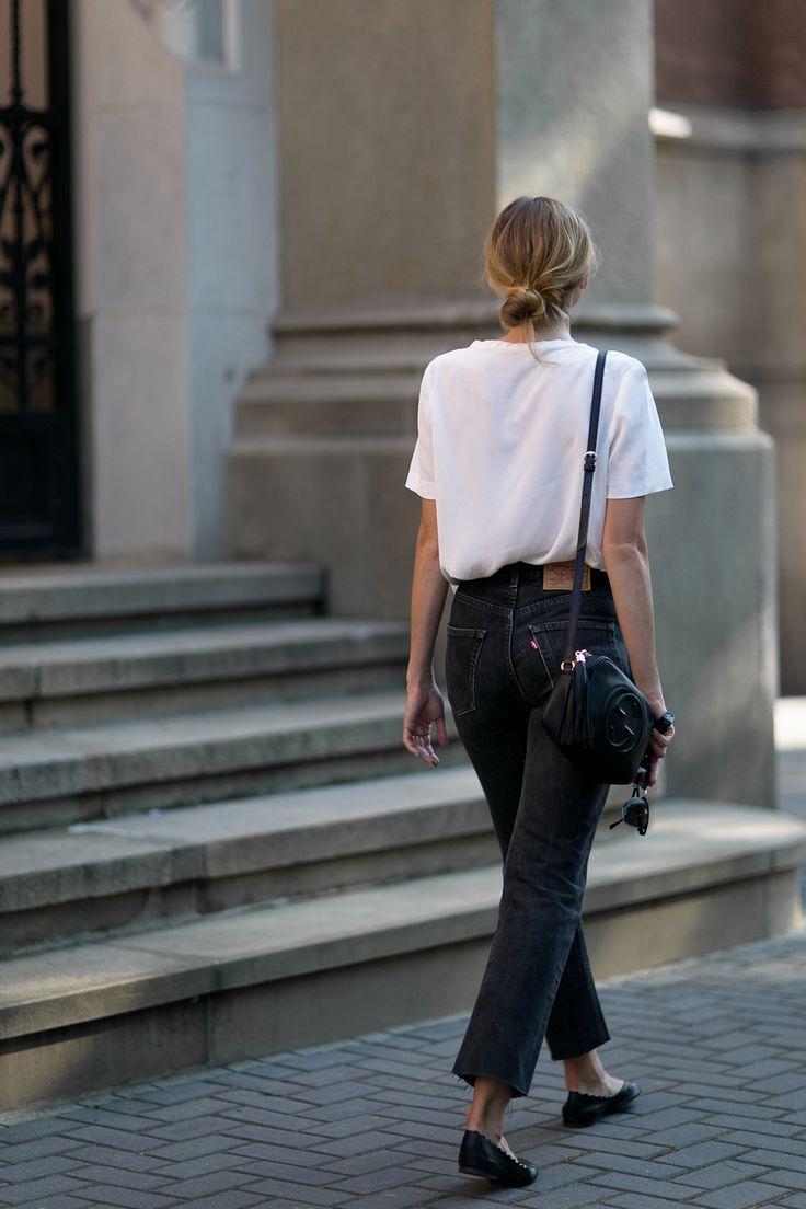 Photo of Eine einfache schwarze Jeans in Kombination mit einem weißen Hemd macht ein perfektes Outfit …
