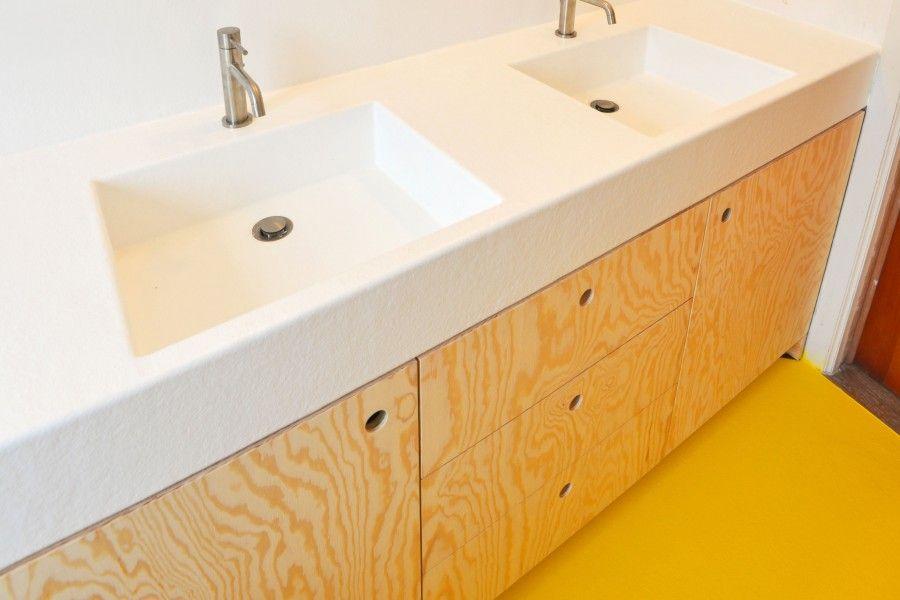 De badkamer werd constructief opgebouwd in berken multiplex om een