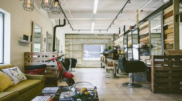 Risultati immagini per negozio parrucchiera vintage for Arredamento barbiere vintage