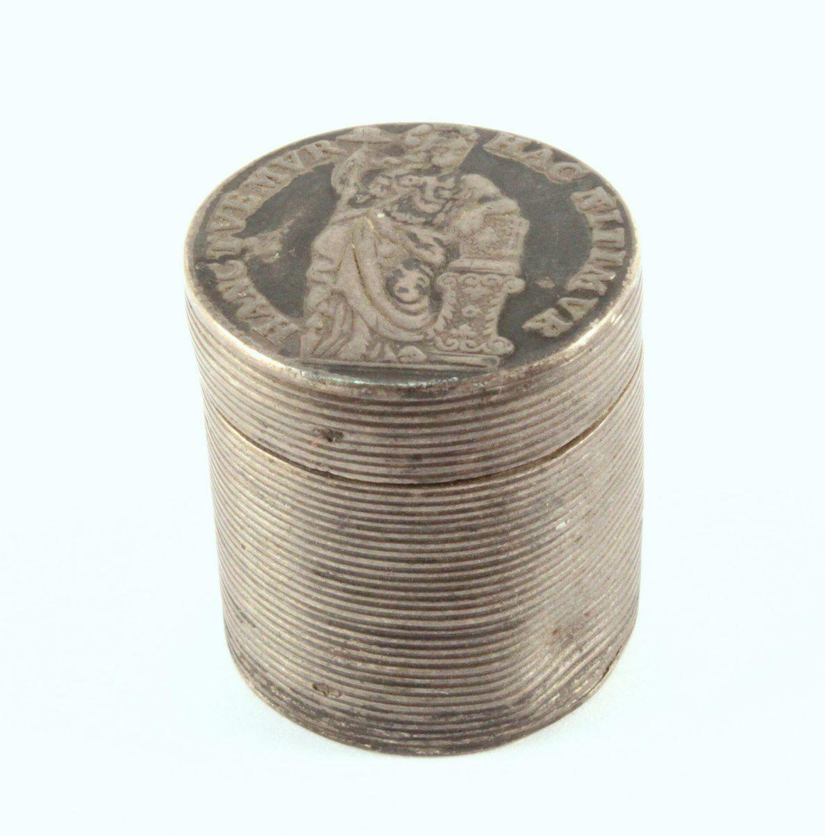 Een geribd zilveren muntendoosje, deksel en bodem bestaande uit 10 stuiverstukken uit 1749 en 1753,