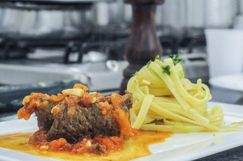 Bife a role com spaghetti rigati ao alho e óleo | Roll the steak with spaghetti rigati and garlic and oil