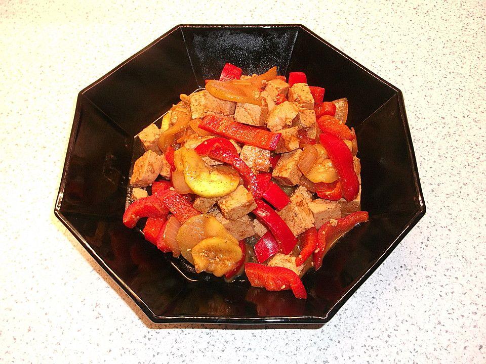 Tofupfanne mit Zucchini, Paprika und roter Currypaste