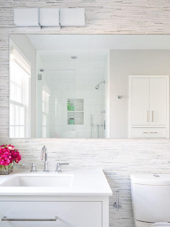 Banheiro branco com parede em pedra canjiquinha