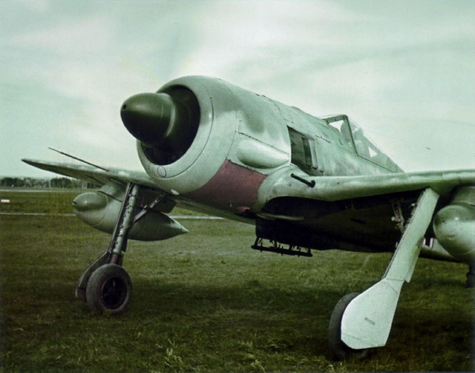 seltene Farbbilder einer Fw 190 A-5/U8 Jagdbomber mit Bombenaufhängungen unter den Flügeln (Version für Schnellkampfgeschwader, nachträgliche Umbenennung in G-2)