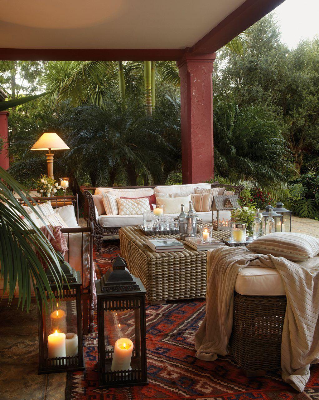 Dos porches dos estilos d a y noche al aire libre for Idea paisajismo patio al aire libre