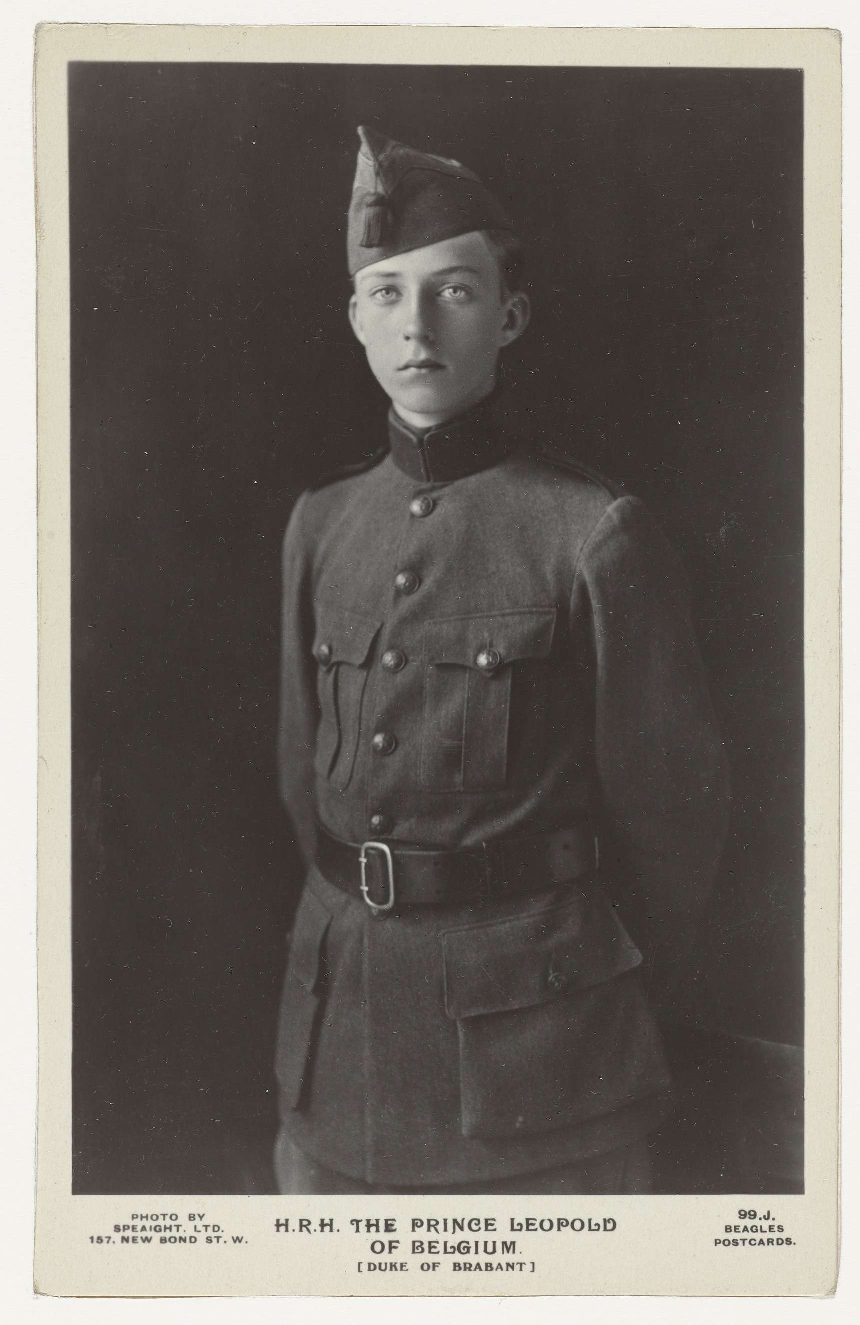 Portret van Leopold, prins van België, in militair kostuum tijdens de Eerste Wereldoorlog (de latere koning Leopold III),