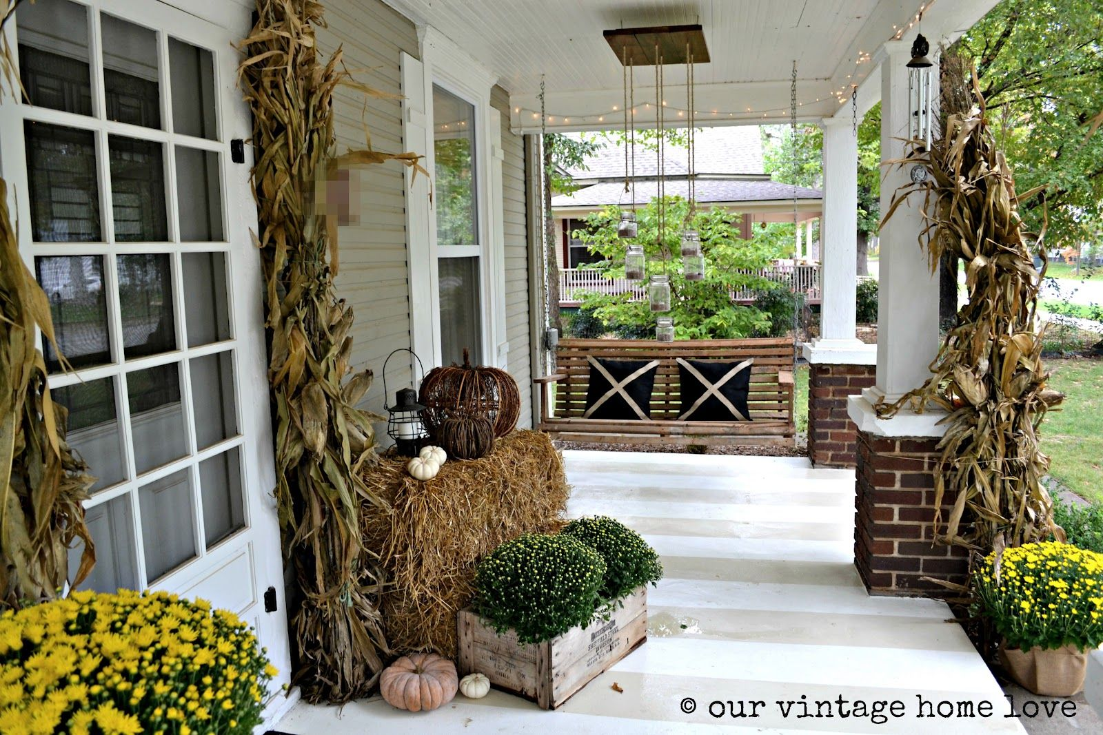 Front porch decorating ideas we also love lights on the for Front porch lighting ideas