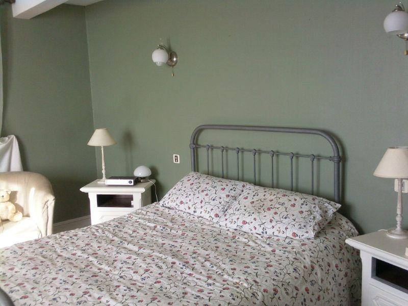 Chambre des murs couleur satinelle vert de gris tous les - Couleur de mur de chambre ...