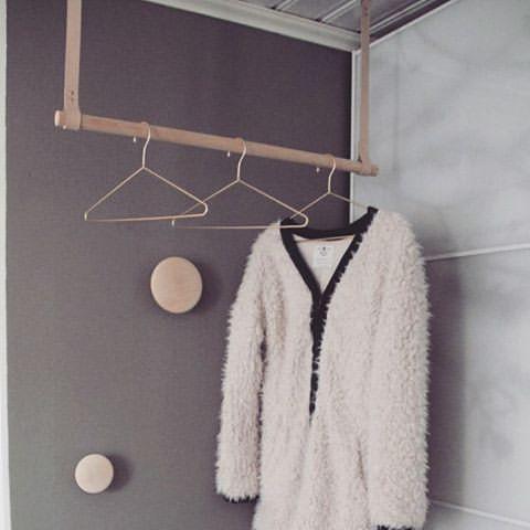 DIY klädhängare ] är galet nöjd med vår klädhängare i hallen