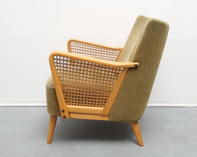 Sie bieten auf ein sehr schönen 50er Jahre Polster-Sessel.   Formschönes Design, mit Geflecht in den Armlehnen. Helle Holzbeine und Armlehnen. Originalbezug in Velour, Farbton...