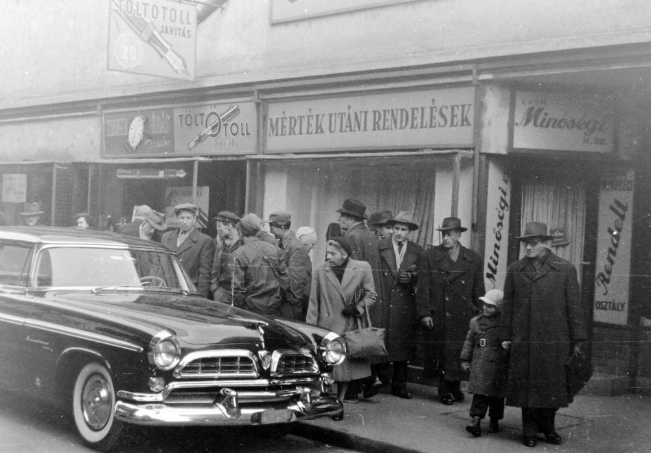 Váci utca 20. 1955-ös Chrysler Windsor személygépkocsi.