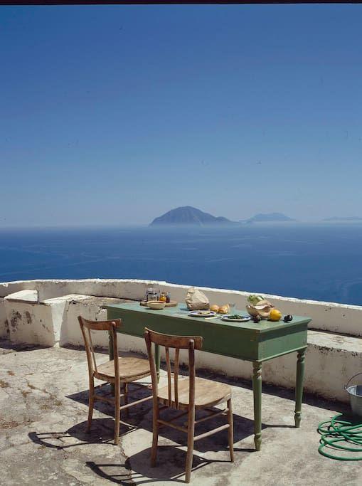 l\'angolo cena della terrazza, con vista su filicudi | Homes of ...