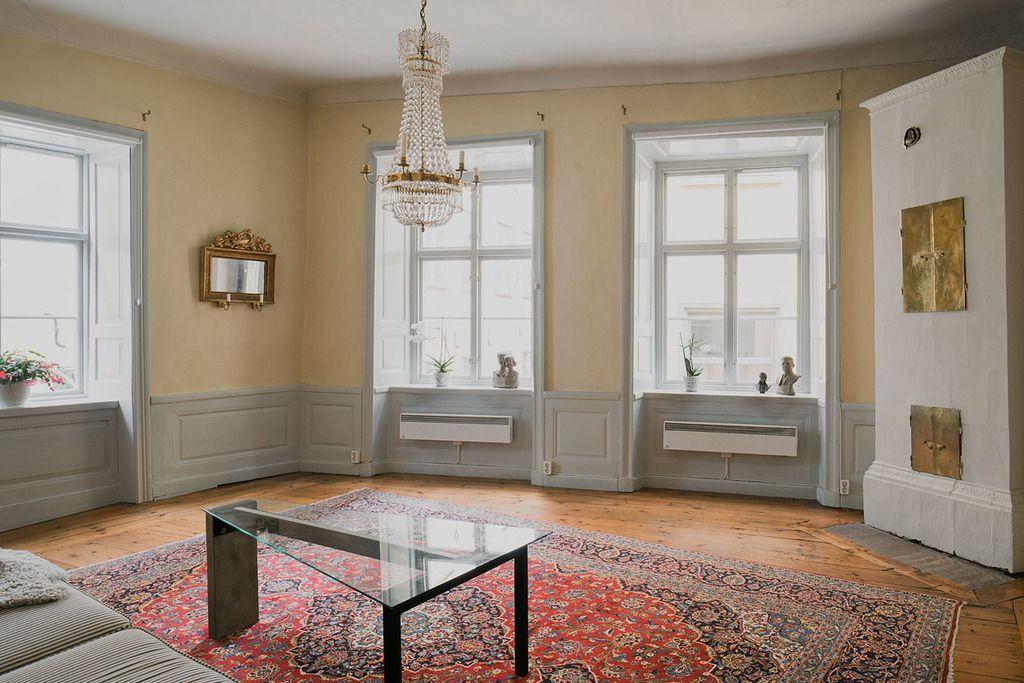 bröstpanel och kakelugn i vardagsrummet på plan två i det, Moderne deko