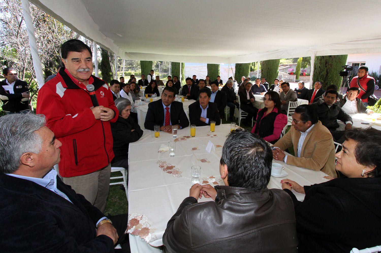 #TLAXCALA EL GOBERNADOR MARIANO GONZÁLEZ ZARUR RECIBIÓ EN CASA TLAXCALA A LOS ALCALDES Y DIPUTADOS SALIENTES, A QUIENES RECONOCIÓ POR TRABAJAR DE MANERA CONJUNTA PARA LOGRAR EL DESARROLLO DE TLAXCALA.  http://fb.me/RHNrXEVM