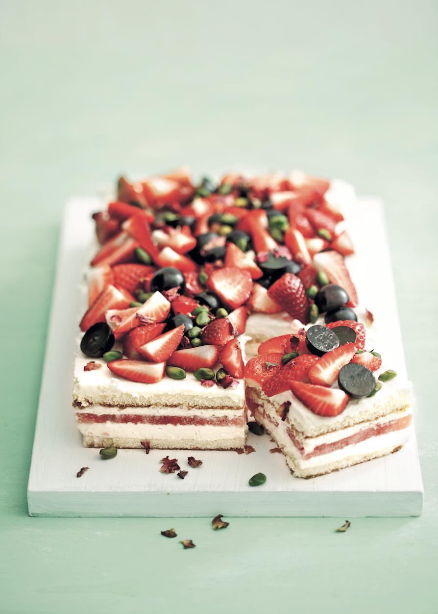Sommerfrucht-Mascarpone-Schnitten.Sponge cake with summer fruits and mascarpone. © Ira Leonie für Sweet Dreams