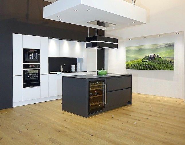 Schüller-Musterküche Elegant dunkel abgesetzte Kochinsel mit - schüller küchen arbeitsplatten