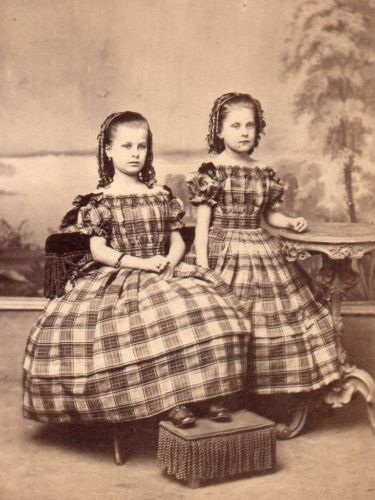 ANTIQUE-CIVIL-WAR-CDV-TAX-STAMP-2-PRETTY-SISTERS-IN-SAME-DRESS-VERY-NICE-PHIL