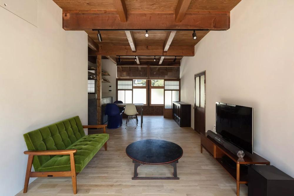 居間 南から北 天井は構造用合板 既存の大梁と新設した小梁 撮影 笹倉洋平 居間 家 建具金物