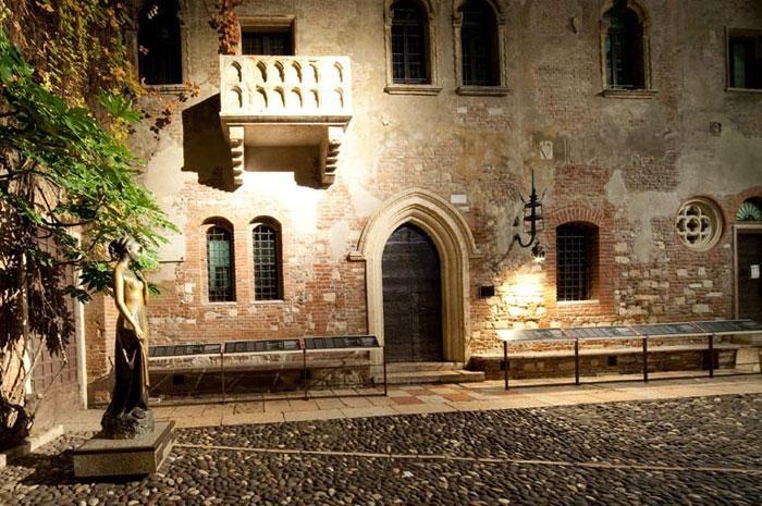 Verone Italie Balcon De Juliette In 2020 Verona Verona Italy