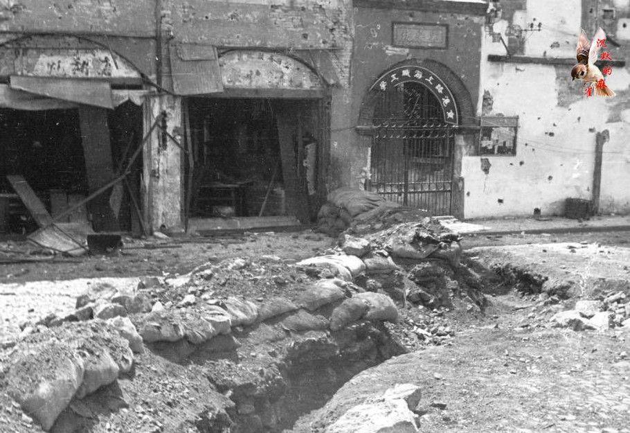 被轰炸的建筑和前面的战壕