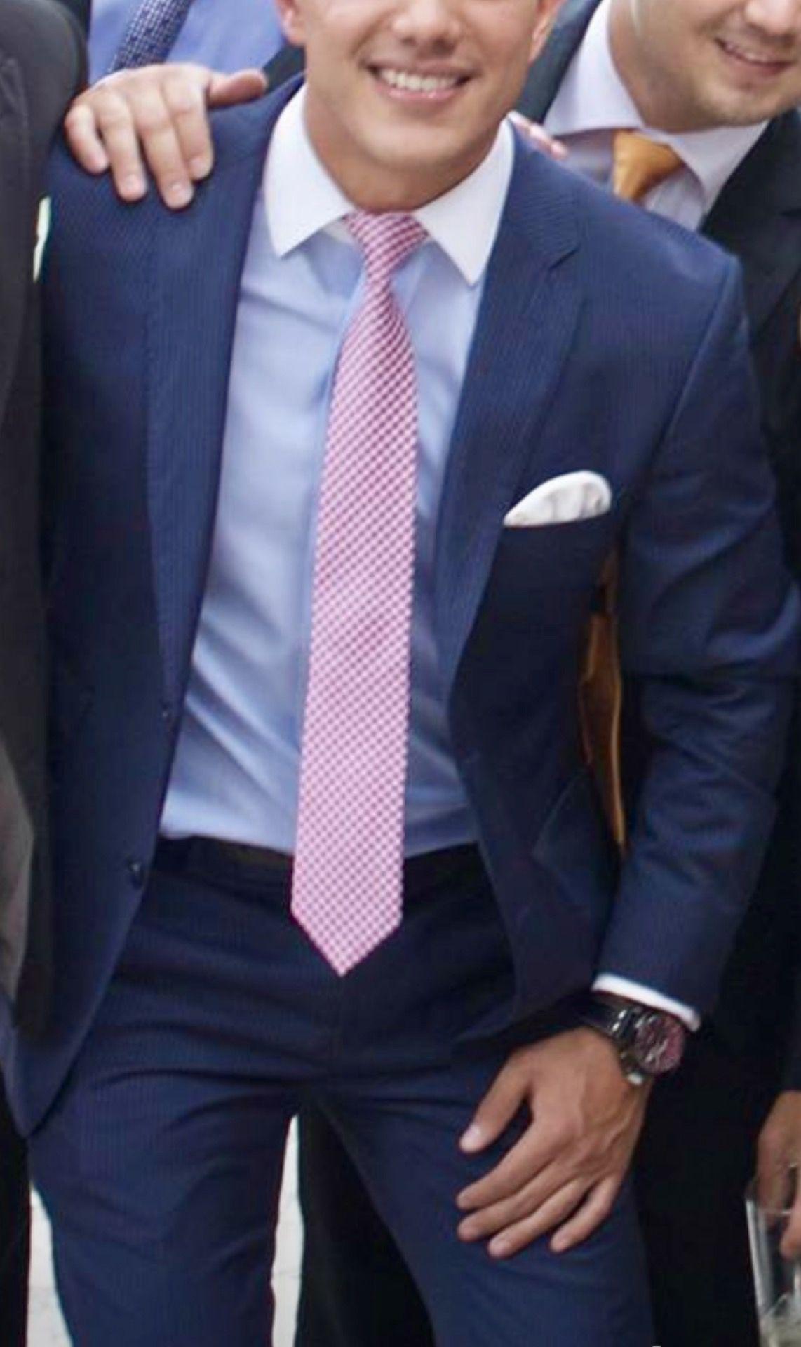 Blue suit, pink tie, awesome shirt. | Terno e Gravata em