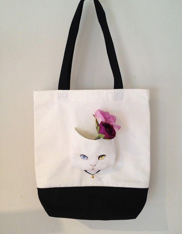 オッドアイネコシリーズのトートバッグヴァージョンです。A4サイズが入る大きさです。こちらは裏地なしです。※ポケットの中の花は付いておりません。。色 / 白&t...|ハンドメイド、手作り、手仕事品の通販・販売・購入ならCreema。