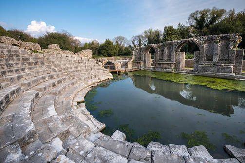 Syrjäisellä maaseudulla Albaniassa sijaitseva Butrint on yksi koko Balkanin alueen tärkeimmistä arkeologisista kohteista. Ennen ajanlaskun alkua Butrintissa sijaitsi kukoistava kaupunki, ja roomalaisajalla se oli tärkeä keskus jossa sijatisi muun muassa laivastotukikohta sekä armeijan viljavarasto. Butrint hylättiin suuren tulvan jälkeen keskiajalla.