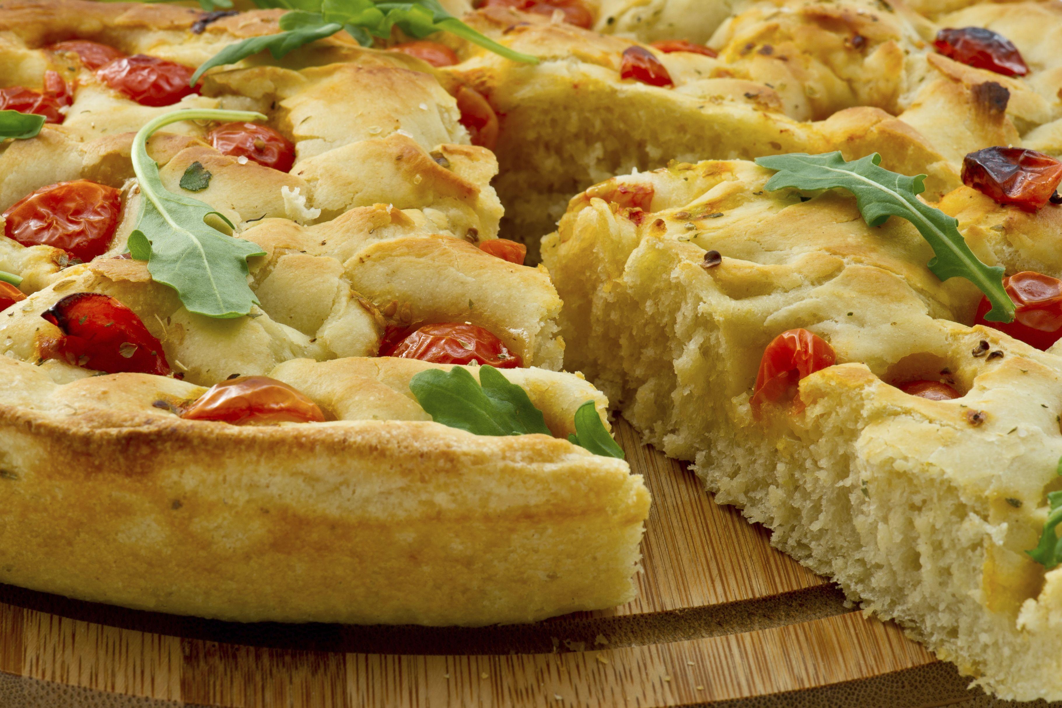 Una focaccia es un rico pan para acompañar un tapeo o picada.  Aprende a hacerla fácilmente siguiendo esta receta: http://elgour.me/1F6q0vB  #elgourmet #Recetas