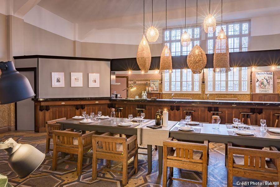 Une poste Art-Déco transformée en loft industriel - table salle a manger loft