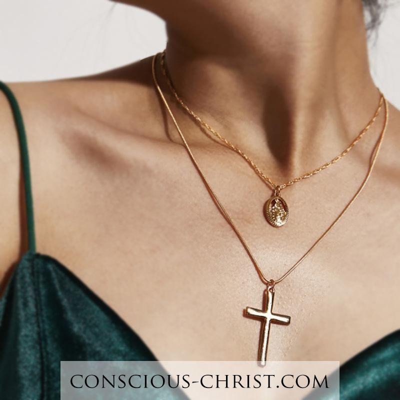 Maravilloso dúo de dos cadenas que cuelgan perfectamente en sintonía. El dúo contiene una cruz …