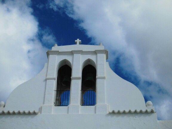 Campañas en el cielo azul. Ibiza.