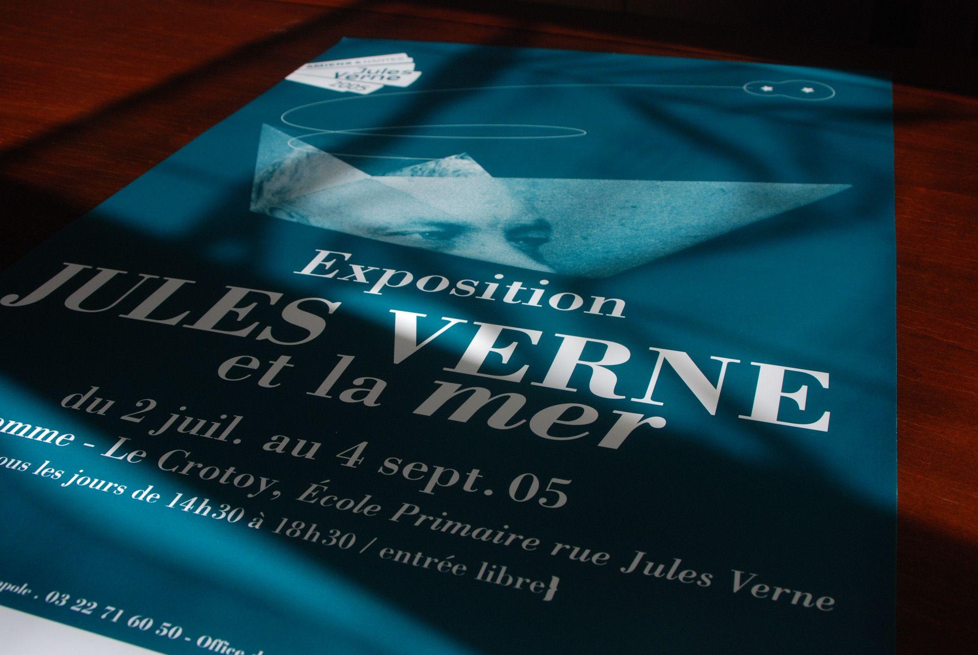 Bibliothèques d'Amiens Métropole et la ville du Crotoy | Conseil, accompagnement et conception graphique | « Jules Verne et la mer » (affiche, carton d'invitation, flyer, panneaux d'exposition)