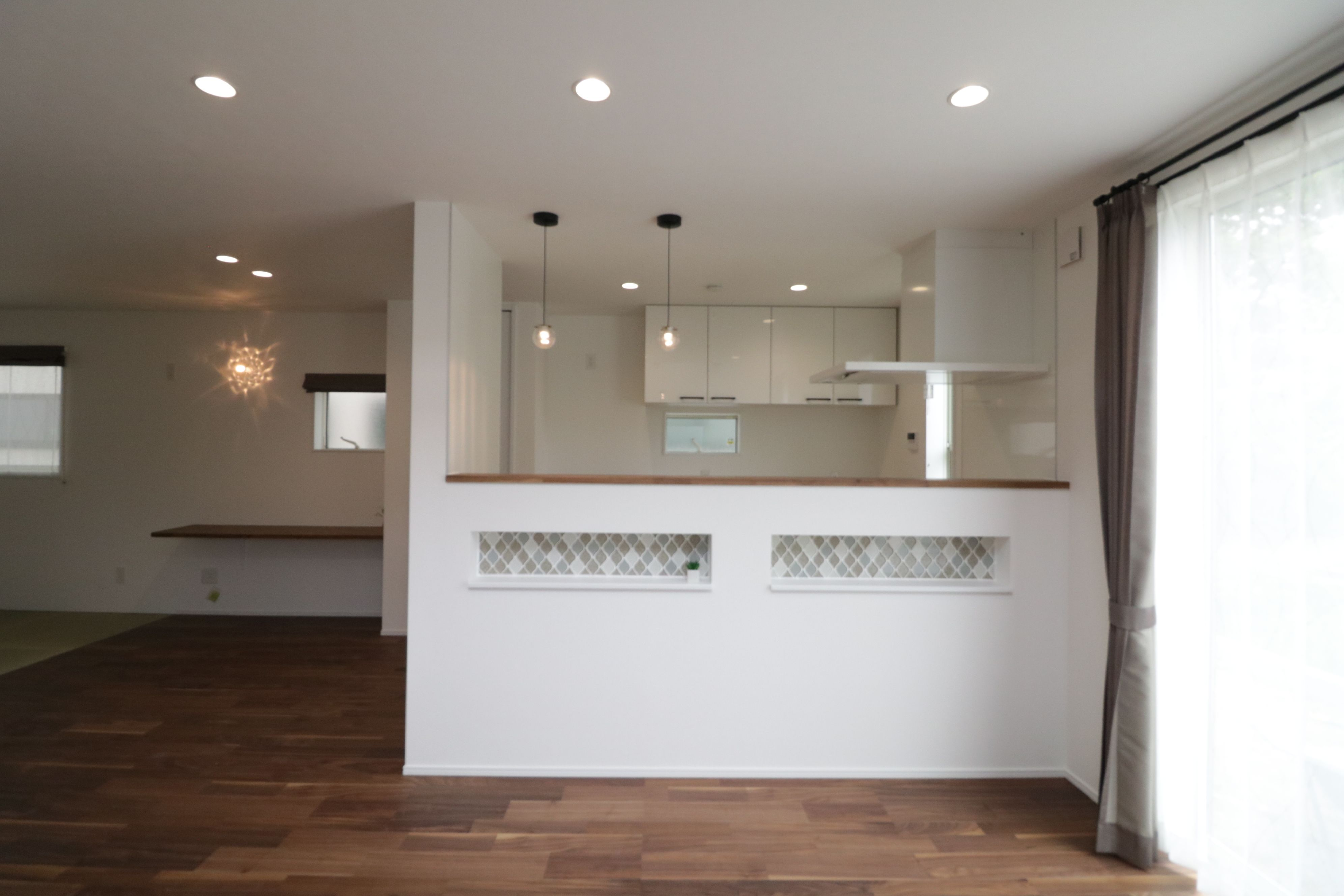 キッチン前の腰壁にはニッチを作り 可愛いタイルを貼りました 空間
