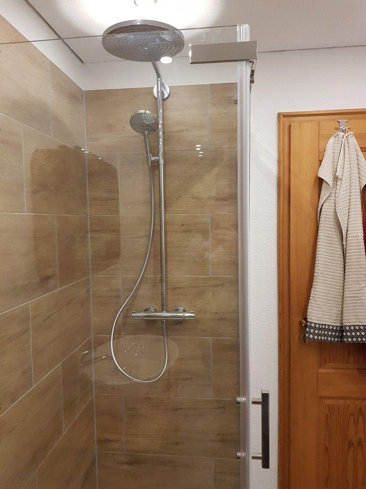 Xxl Regendusche von Hansgrohe in Holzfliesen Dusche