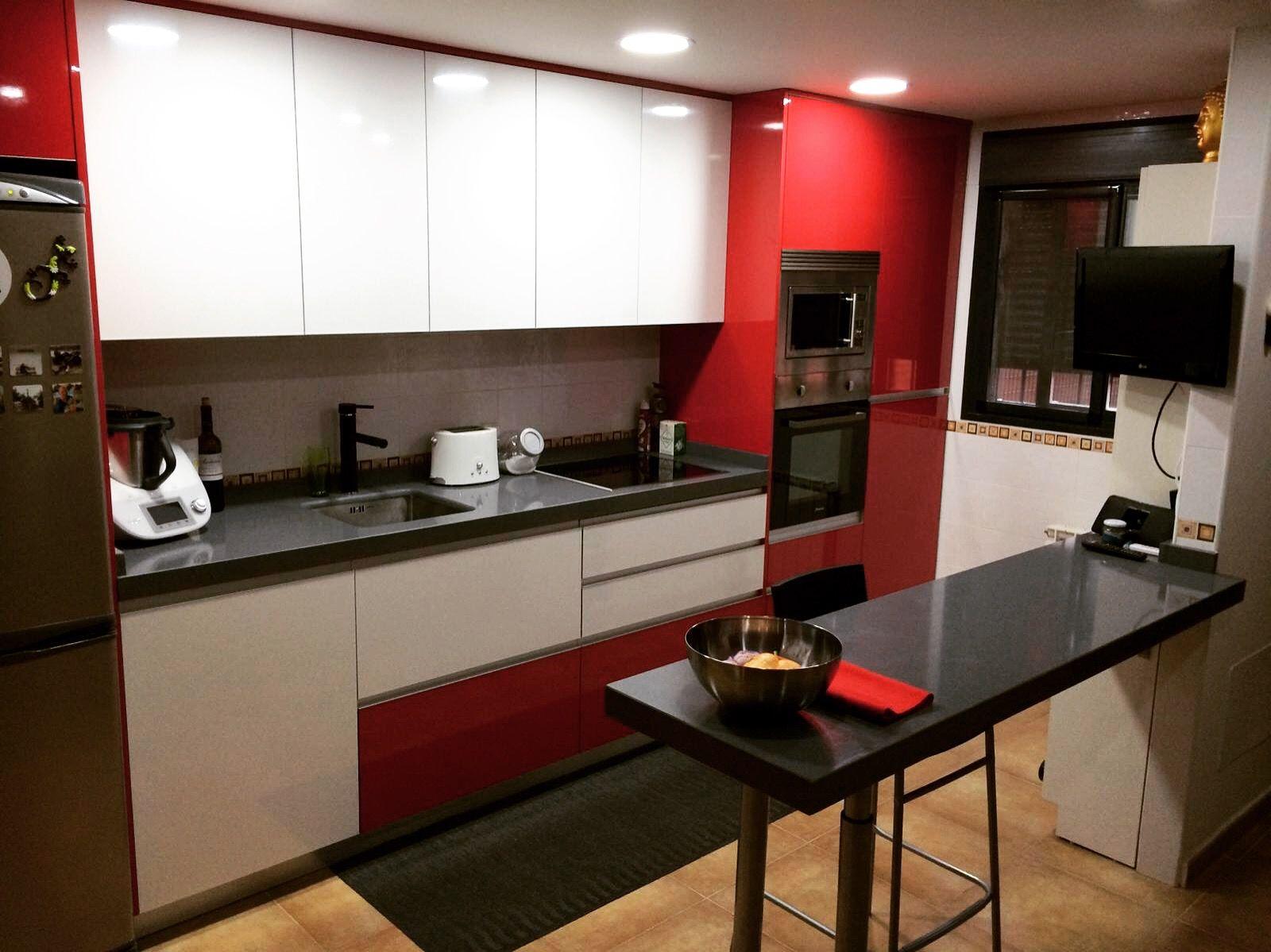 Cocina moderna sin tiradores en blanco y rojo brillo for Cocina salon espacio abierto