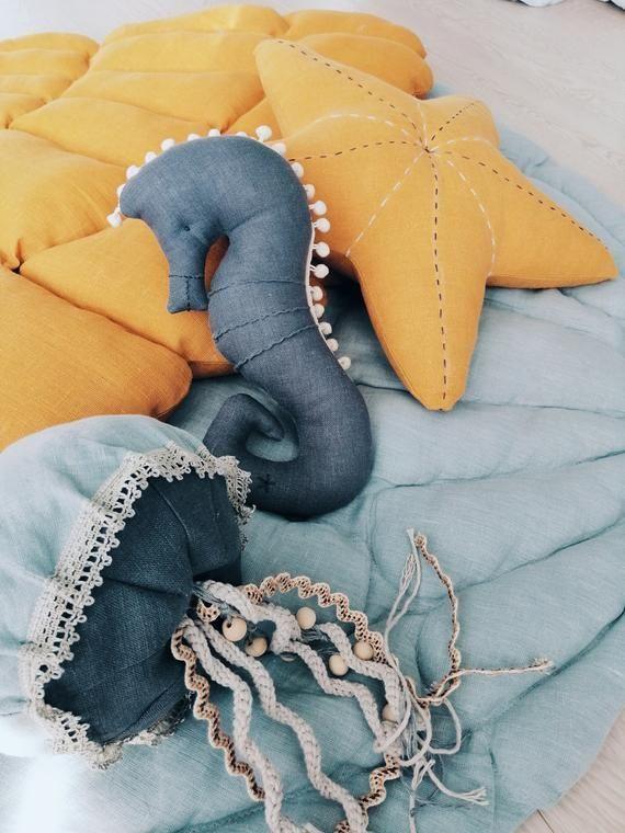 Bébé jaune méduse lin jouet perles en bois océan pépini
