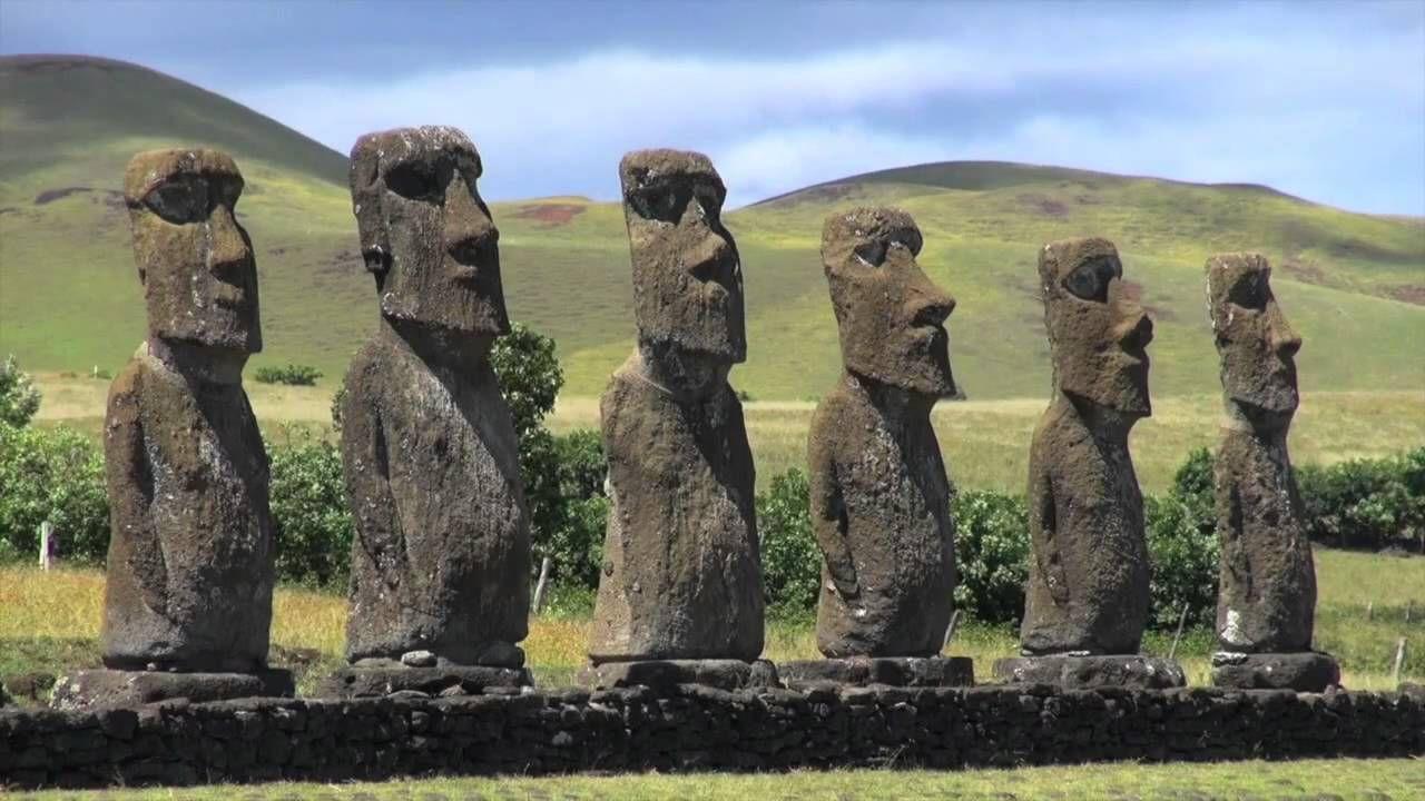 Esta es la Isla de Pascua, tambien conocida como Rapa Nui, es una remota isla chilena en el Pacifico. Es famosa porque fue donde se construyeron las enormes piedras humanas. Amali N.