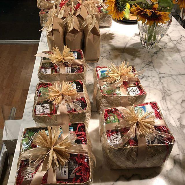 Baskets & Bags filled with Lilikoi and Coffee Caramel Sauce, Javaloha Coffee & Sweets @ Waimea Mid-Week Mkt at Pukalani Stables !! What's in your Basket ?!? #smallbatchhawaii #waimeamidweekfarmersmarket #sooogoodjelly #lilikoicaramelsauce #coffeecaramelsauce #bigislandmade #merrychristmas #islandchristmas