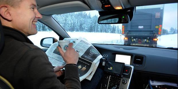Cela se passe en Suède, par temps de neige. Le conducteur d'une Volvo 60 roule à plus de 90 km/h, derrière un camion, en lisant tranquillement son journal. Cette scène a de fortes chances de se reproduire : c'est même la volonté de la Communauté européenne à travers son projet SARTRE. L'objectif final de cet essai est de permettre à des conducteurs de rejoindre un « train automobile ».