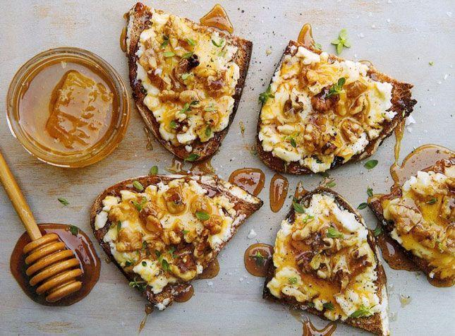 Kochen Sie Ziegenkäsetoast mit Walnuss, Honig und Thymian zum Sonntagsbrunch.   - Food + Recipes -