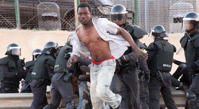 21 inmigrantes entran en Melilla tras enfrentarse con la policía | Política | EL PAÍS
