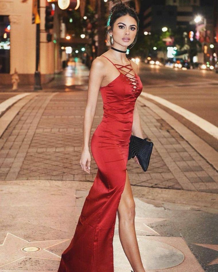 16a611667a9d Vestiti firmati e una proposta di abbigliamento con un abito da sera colore  rosso con spacco