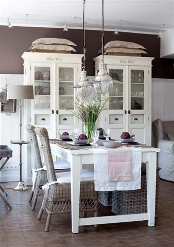 Küche, weiße Möbel, Esstisch, Korbstühle, Landhausstil Küche im - kche mit esstisch